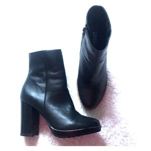 Woman's black boot. Size 7